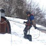 Читка снега от снега промышленными альпинистами